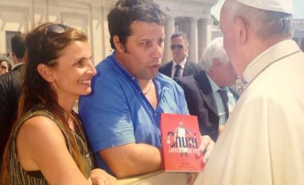 """Mi libro """"Apasionado yo?"""" fue entregado al Papa Francisco"""